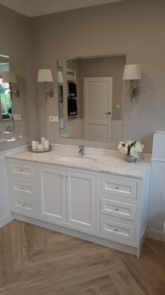 łazienka, biała szafka