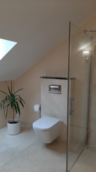 łazienka z podwieszaną muszlą klozetową 26