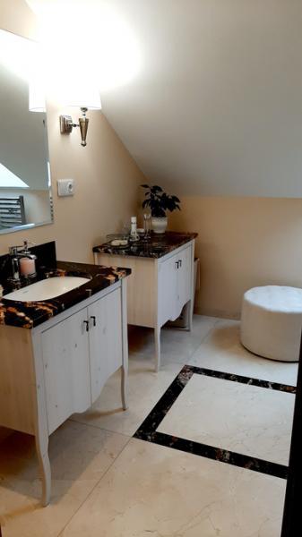 łazienka z dwiema szafkami 27