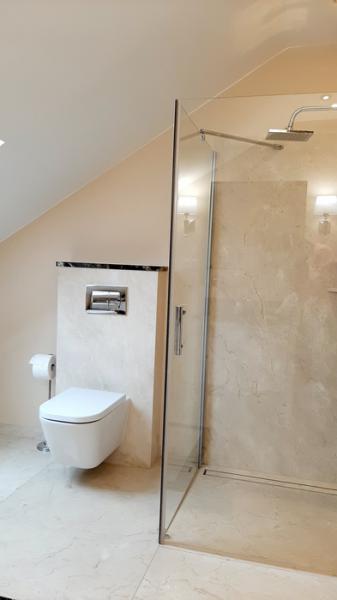 łazienka z podwieszaną muszlą klozetową 28