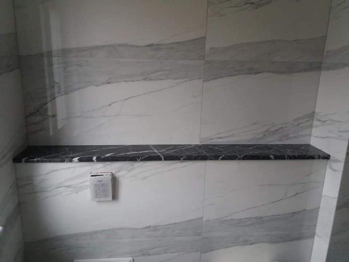 łazienka, czarno biały marmurowy blat