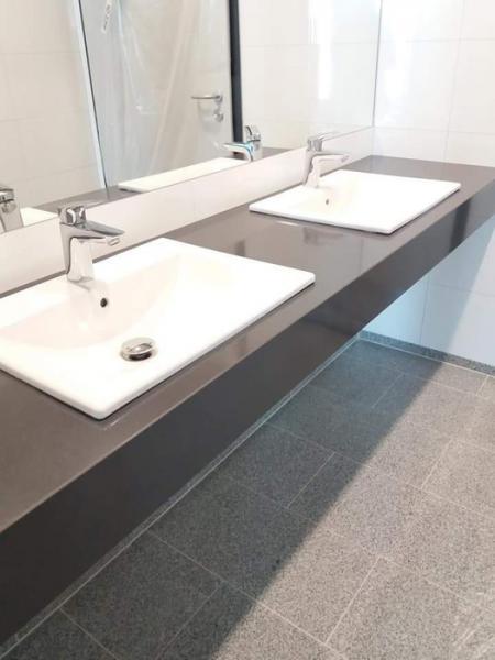 łazienka, dwie umywalki 36