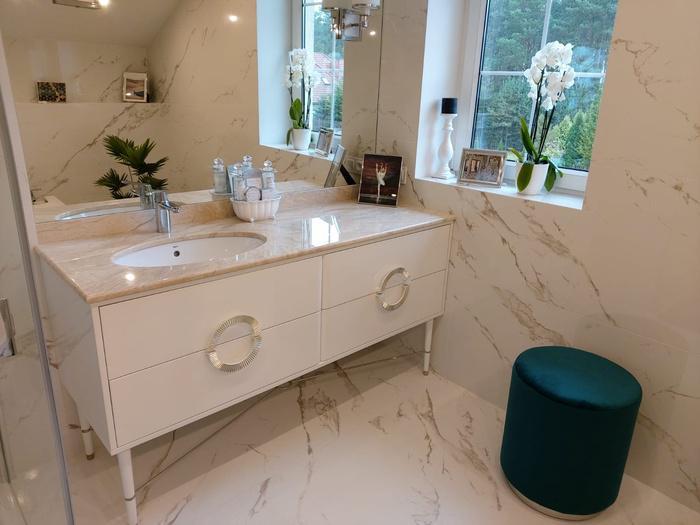 łazienka, biała szafka, umywalka 37