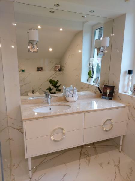 łazienka, biała szafka, umywalka 38