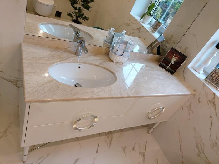 łazienka, biała szafka, umywalka 39