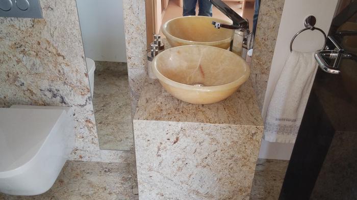 łazienka z umywalkami