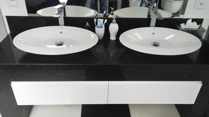 łazienka, dwie umywalki